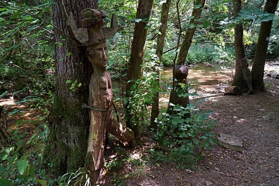 Holzschnitzereien an der Gronach