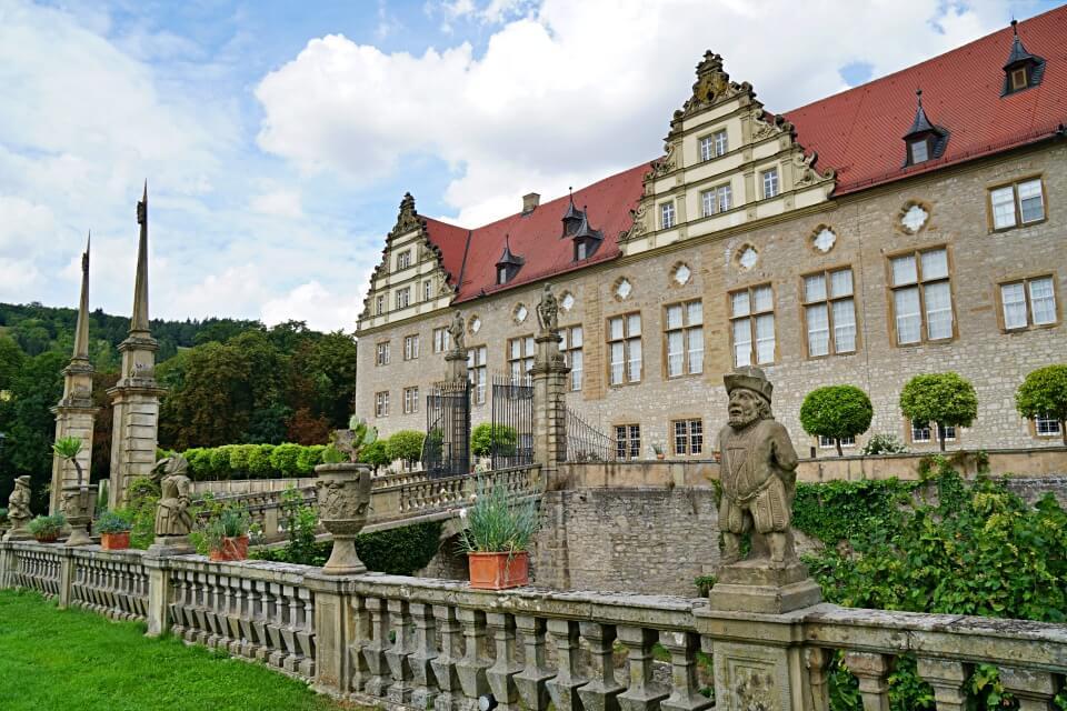 Schloss Weikersheim mit der Zwergengalerie im Schlossgarten