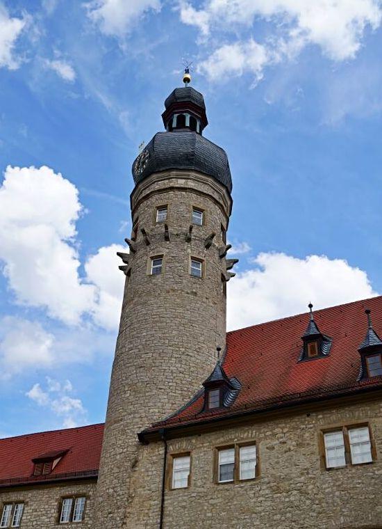 Der mittelalterliche Turm der Wasserburg auf Schloss Weikersheim
