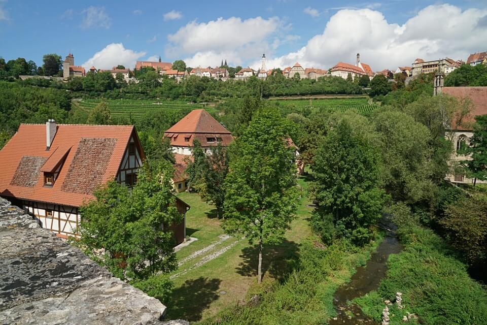 Ausblick von der Doppelbruecke im Taubertal auf Rothenburg
