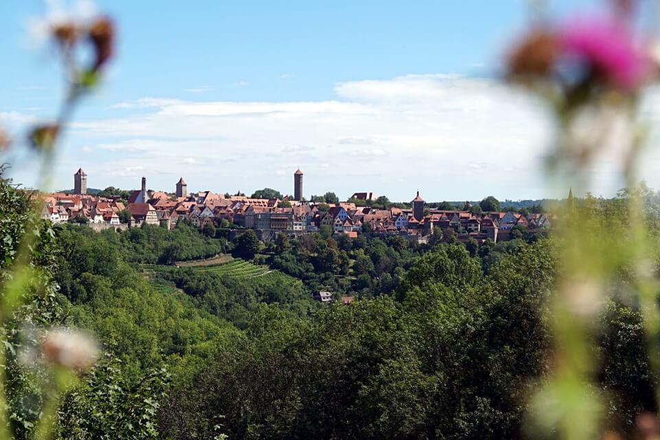 Ausblick auf dem Panoramaweg beim Wandern um Rothenburg ob der Tauber