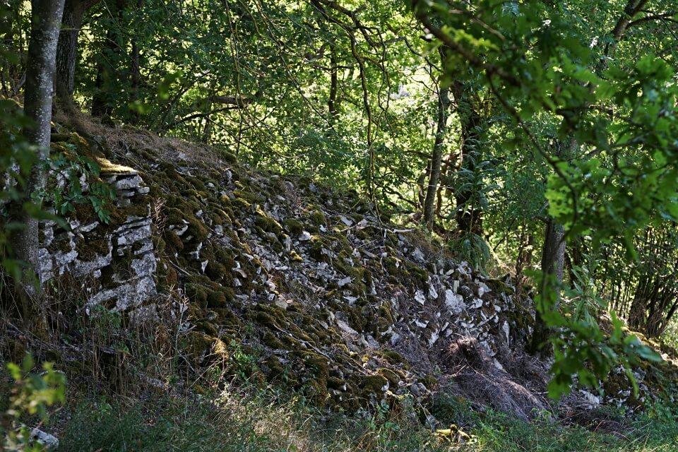 Steinriegel im Steibachtal beim Wandern um Rothenburg ob der Tauber