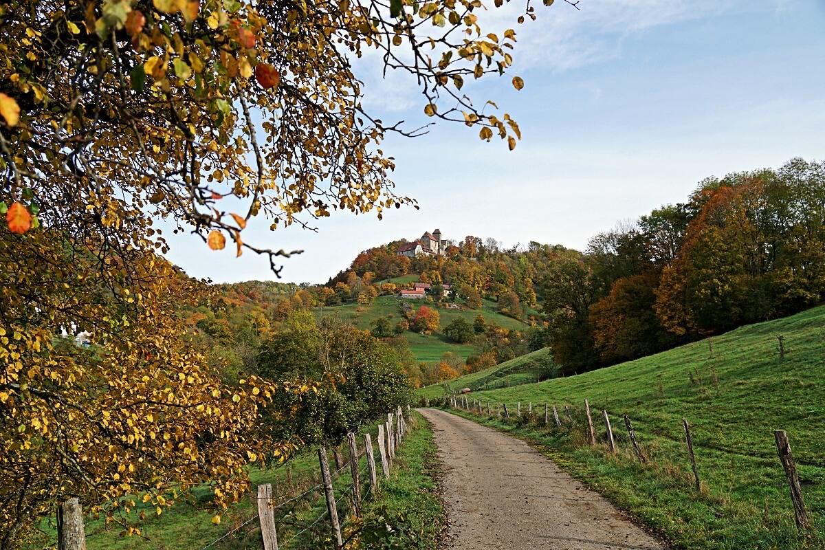 Wandern im Kochertal zur Burg Tierberg in Hohenlohe