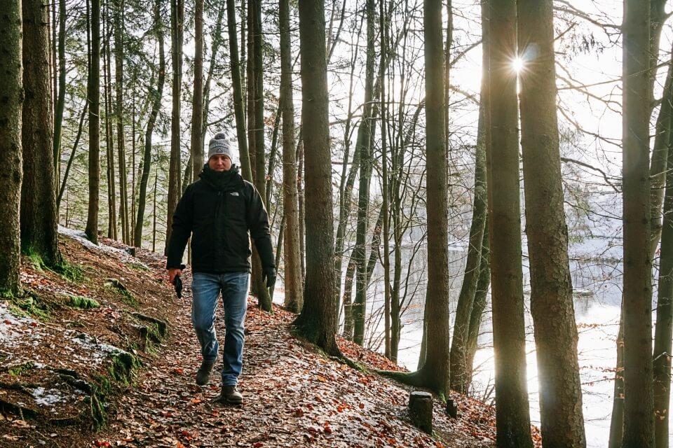 Wandern um den Finsterroter See in Wuestenrot im Winter