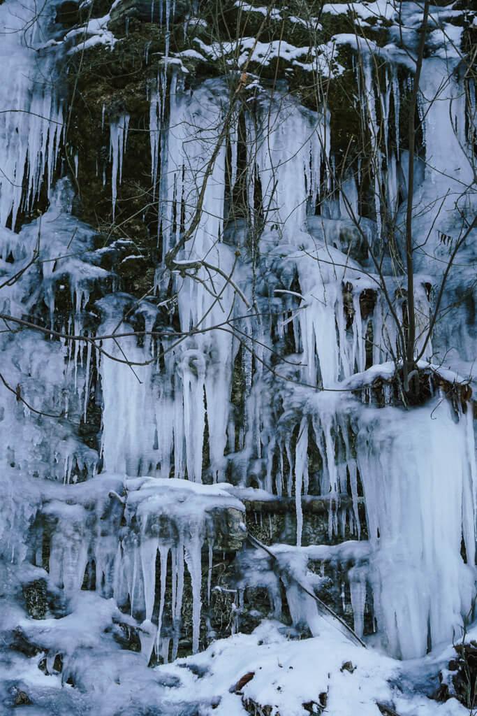 Eiszapfen im Muschelkalk der Jagst beim wandern in Hohenlohe
