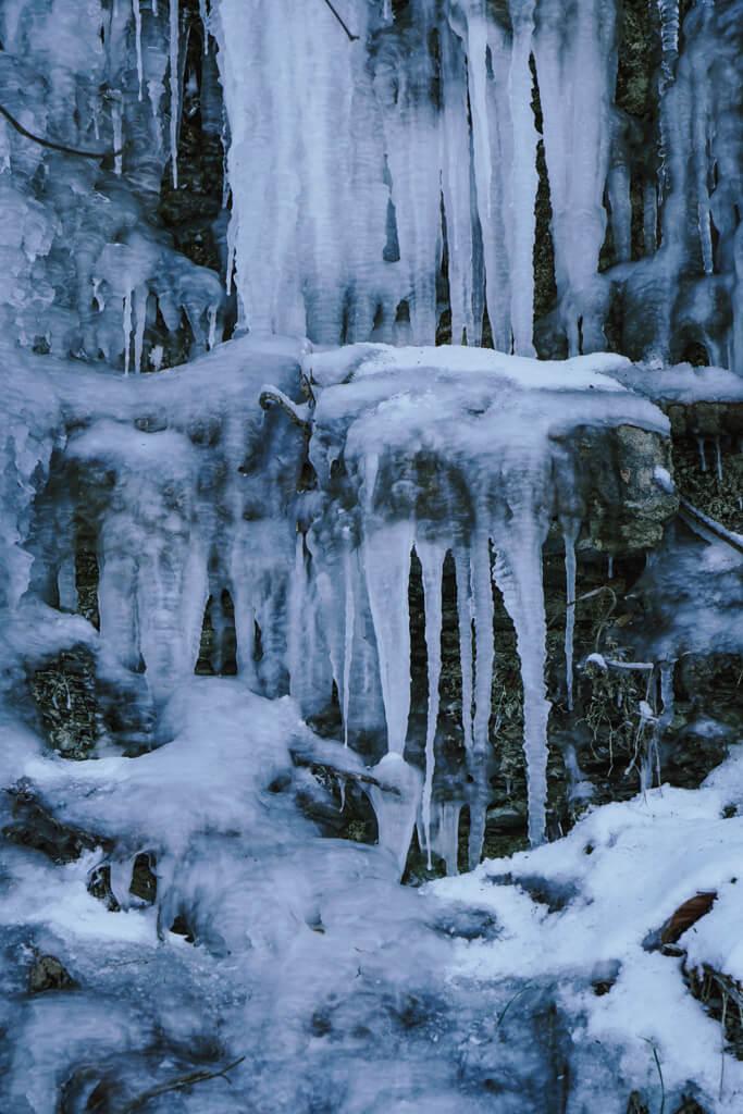 Eiszapfen im Muschelkalk beim Winterwandern im Jagsttal