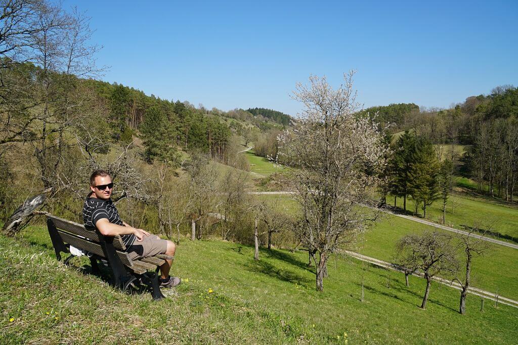 Pause beim Wandern mit Blick ins Messbachtal