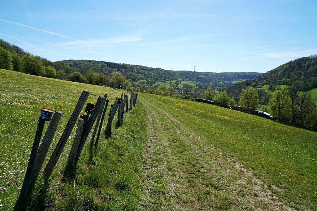 Wiesenweg nach Eberbach auf dem Pfad der Stille im Jagsttal