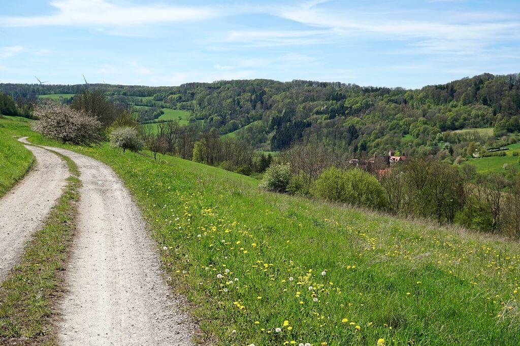 Wandern mit Ausblick nach Unterregenbach im Jagsttal in Hohenlohe