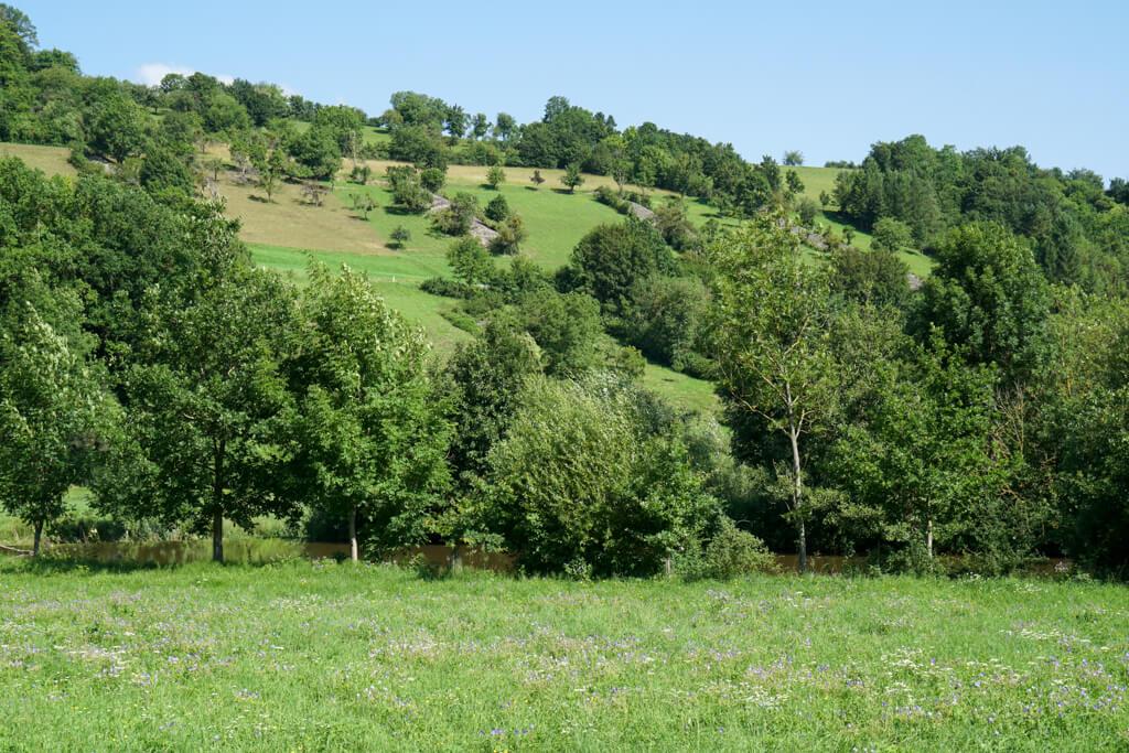 Steinriegel auf dem Kocher-Jagst-Radweg im Jagsttal